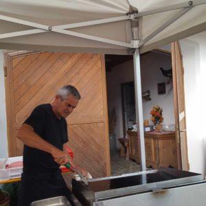 Koch Roman bereitet den Grill vor