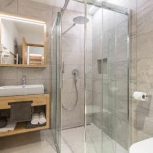 Badezimmer mit Natursteinplatten