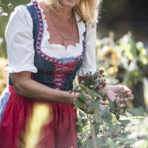Bäuerin Brigitte im Hofgarten